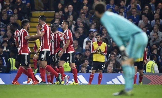 Gólman Chelsea Asmir Begovič pozoruje hráče Southamptonu, jak oslavují svůj druhý gól na Stamford Bridge.