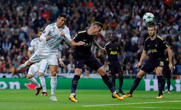 Cristiano Ronaldo (vlevo) z Realu Madrid střílí na branku Tottenhamu.