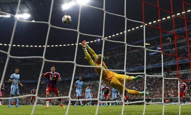 Brankář Manchesteru City Joe Hart inkasuje po střele obránce Bayernu Jeroma Boatenga.