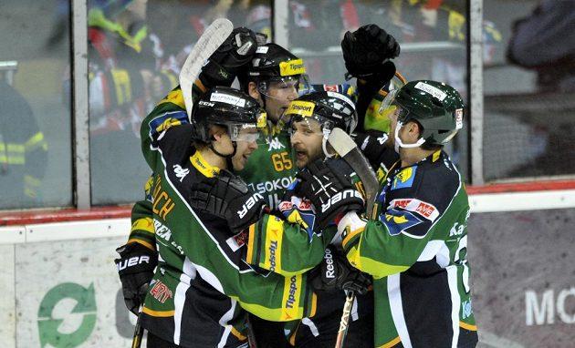 Hokejisté Karlových Varů oslavují vstřelenou branku na ledě Hradce Králové.