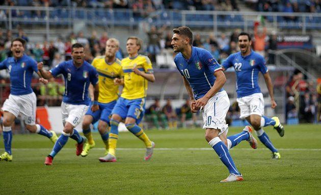 Italský záložník Domenico Berardi (č. 10) se raduje ze vstřeleného gólu proti Švédsku na mistrovství Evropy hráčů do 21 let.