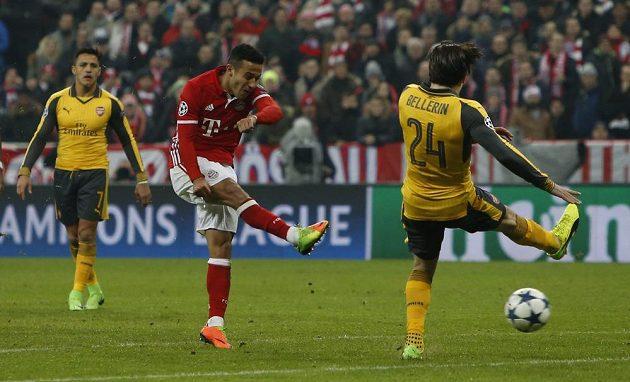 Thiago Alcantara střílí třetí gól Bayernu Mnichov.