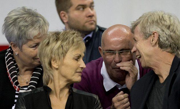 Finále Davisova poháru v Bělehradě pozorně sledovali i rodiče Tomáše Berdycha Martin a Hana Berdychovi a Radka Štěpánka Vlastimil (druhý zprava) a Hana (vlevo) Štěpánkovi.