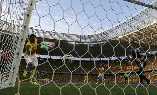 Brazilec Thiago Silva (vlevo) dává vedoucí gól proti Kolumbii.
