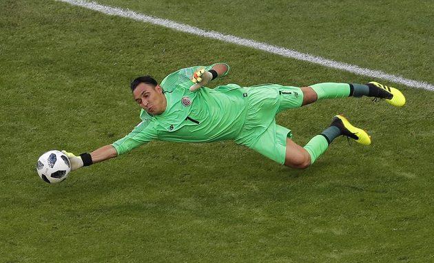 Hvězda Realu, kostarický brankář Keylor Navas, zasahuje na mistrovství světa v utkání se Srbskem.