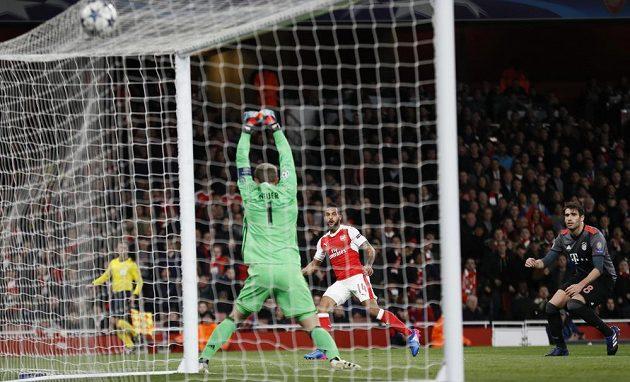 Theo Walcott právě propálil brankáře Bayernu a Arsenal vedl v odvetném osmifinále Ligy mistrů nad Bayernem.