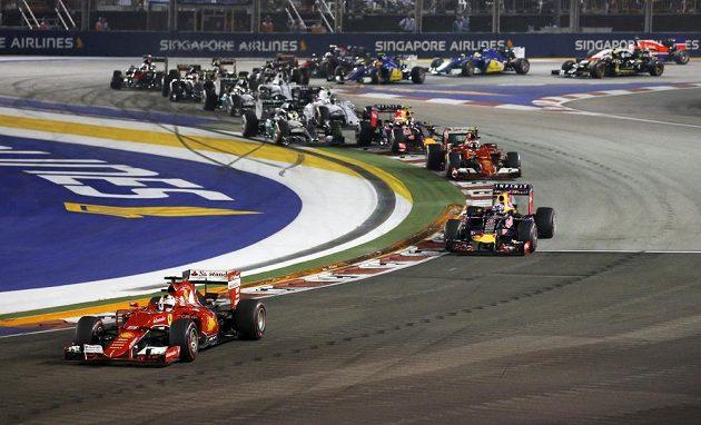 Německý pilot Sebastian Vettel na ferrari měl z pole position nejlepší start do Velké ceny Singapuru.