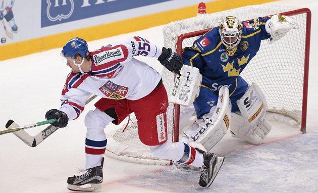 Tomáš Urban právě fauloval švédského gólmana Markuse Svenssona.