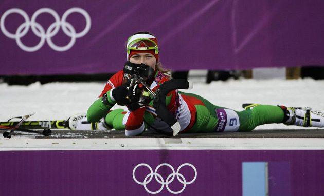 Běloruská biatlonistka Darja Domračevová se připravuje ve stíhacím závodu na 10 km na střelbu vleže.