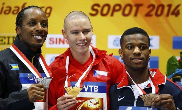Nejlepší tři běžci ze závodu na 400 metrů. Zleva stříbrný Chris Brown z Baham, halový mistr světa Pavel Maslák a bronzový Kyle Clemons z USA.