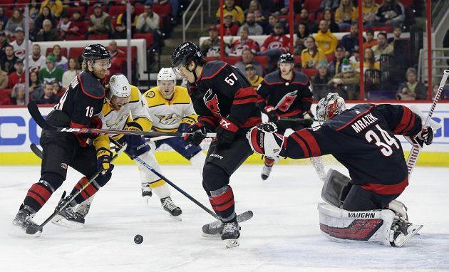 Závar před brankou Petra Mrázka v utkání NHL mezi Carolinou Hurricanes a Nashvillem.
