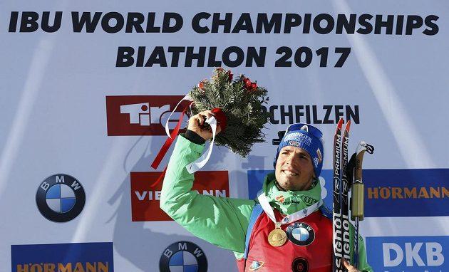 Německý biatlonista Simon Simon Schempp oslavuje svůj triumf v hromadném závodě.