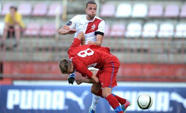 Český obránce Ondřej Petrák dává hlavou jediný gól přátelského utkání mezi jednadvacítkami Česka a Nizozemska v Praze.