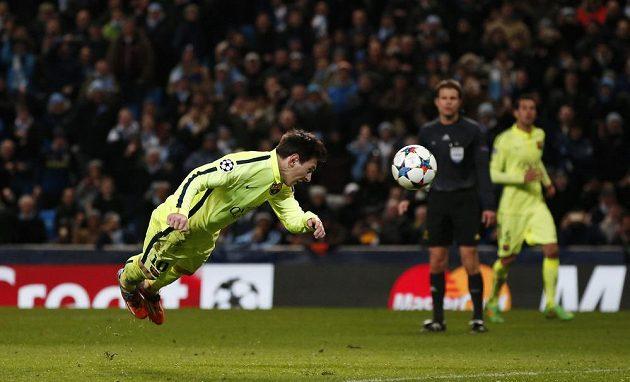 Barcelonský Lionel Messi nedal penaltu a neproměnil ani tuhle dorážku poté, co se k němu míč vrátil po zákroku brankáře Manchesteru City Joea Harta.