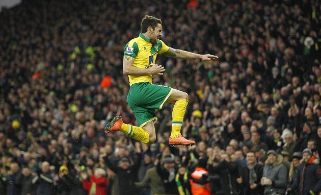 Robbie Brady z Norwiche slaví svůj gól do sítě West Hamu v zápase anglické Premier League.
