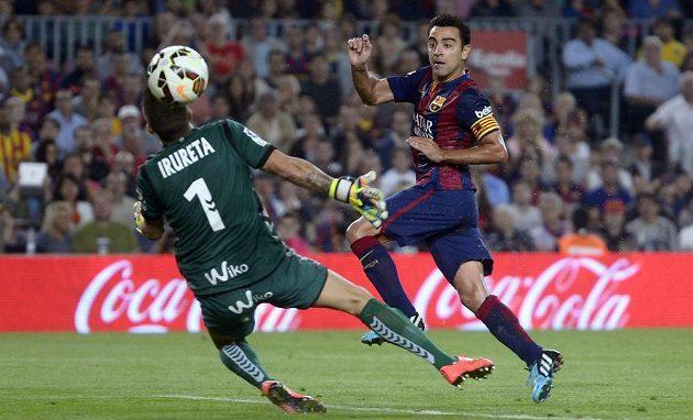 Xavi (vpravo) takhle překonal brankáře Eibaru Xabiho Iruretu a nasměroval Barcelonu k další ligové výhře.
