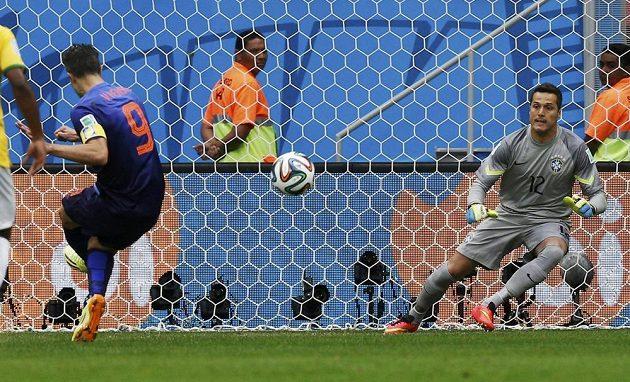 Nizozemec Robin van Persie otevírá z penalty skóre bronzového duelu s Brazílií.