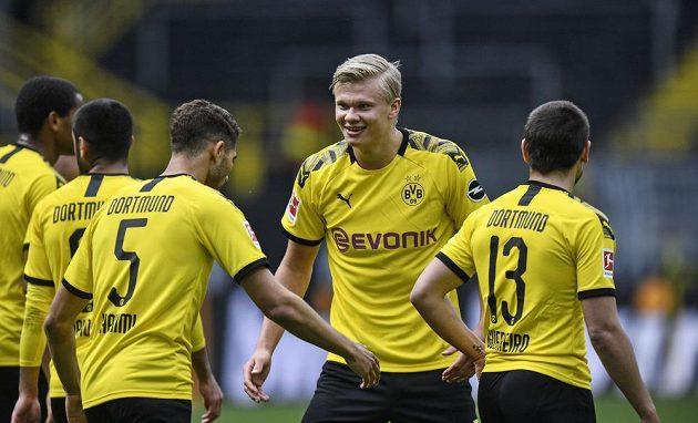 Erling Haaland (druhý zprava) se na distanc raduje s dortmundskými spoluhráči z gólu proti Schalke.