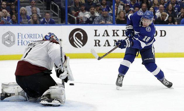 Český útočník Tampy Ondřej Palát překonává brankáře Colorada Semjona Varlomava v zápase NHL.