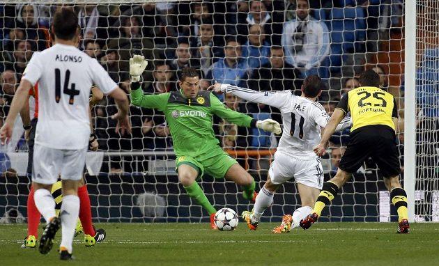 Záložník Realu Madrid Gareth Bale (11) střílí gól brankáři Dortmundu Romanu Weidenfellerovi.