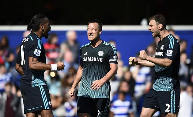 Fotbalisté Chelsea zleva Didier Drogba, John Terry a Branislav Ivanovič se radují z vítězství nad Queens Park Rangers.