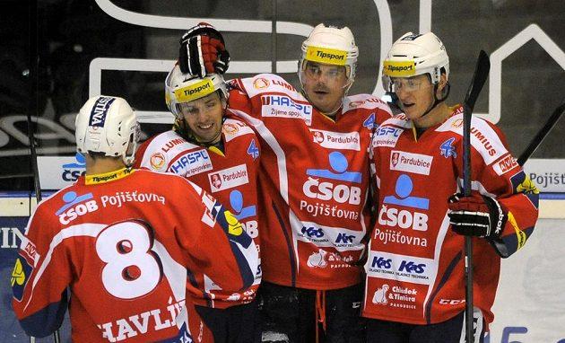 Pardubičtí hokejisté se radují v duelu s Karlovými Vary z páté branky, kterou vstřelil útočník Petr Sýkora (druhý zprava).
