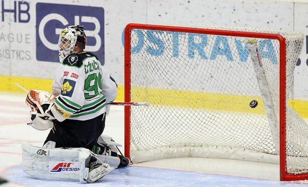 Brankář Boleslavi Martin Růžička dostává první gól.