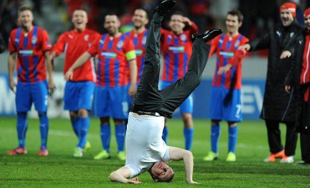 Trenér Viktorie Plzeň Pavel Vrba (vpředu) se loučí s fanoušky po vítězném utkání Ligy mistrů nad CSKA Moskva.