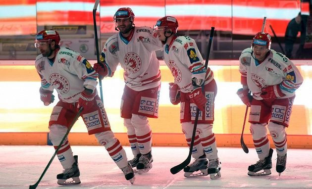 Třinečtí hokejisté se radují z gólu proti Zlínu. Zleva Zbyněk Irgl, Tomáš Linhart, David Nosek a Vladimír Dravecký.
