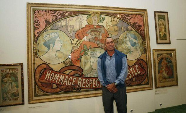 Ivan Lendl pózuje před tvorbou Alfonse Muchy.