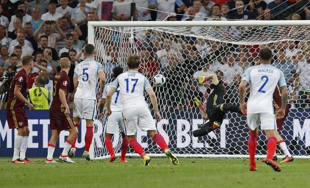 Angličan Eric Dier (17) otevírá ranou z přímého kopu skóre utkání s Ruskem.