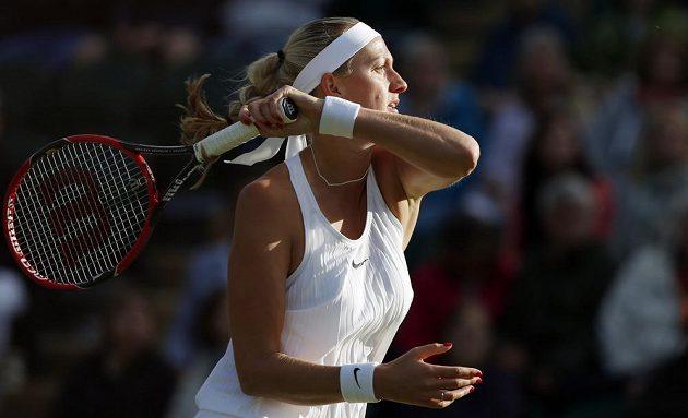 Petra Kvitová v zápase s Ruskou Jekatěrinou Makarovovou v druhém kole Wimbledonu.