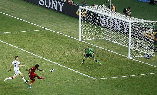 Ghaňan Gyan střílí druhou branku svého týmu v duelu proti Německu.
