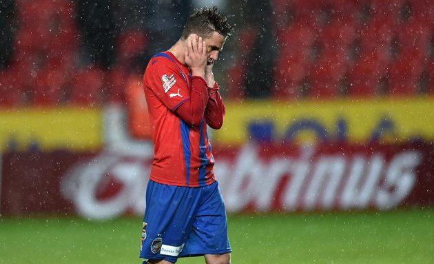 Smolař finále Poháru České pošty Milan Petržela skončil s hlavou v dlaních.