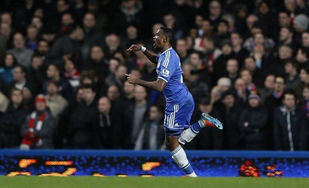 Útočník Chelsea Samuel Eto'o slaví svůj úvodní gól proti Manchesteru United.