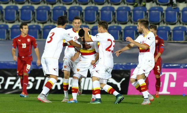 Fotbalisté Černé Hory se radují z gólu proti Česku v kvalifikaci ME 2017 hráčů do 21 let.