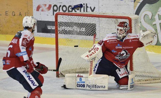 Pardubický brankář Brandon Maxwell inkasuje gól v Brně. Vlevo je jeho spoluhráč Petr Čáslava.