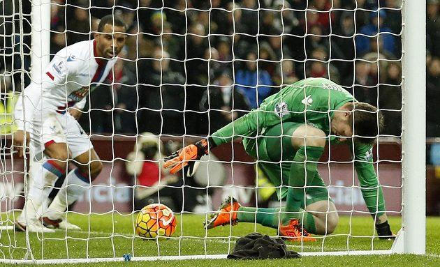 Brankář Crystal Palace Wayne Hennessey se marně pokoušel zkrotit střelu Joleona Lescotta z Aston Villy.