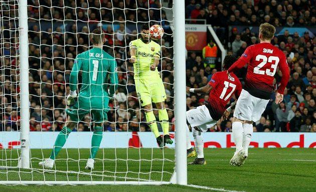 Luis Suárez z Barcelony hlavičkuje a míč do manchesterské sítě tečoval Luke Shaw.