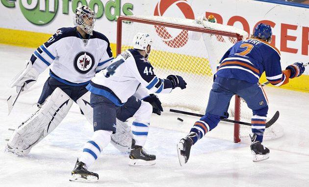 Brankář Winnipegu Ondřej Pavelec (31) a obránce Jets Zach Bogosian (44) jen bezmocně přihlíží tomu, jak Jeff Petry (2) z Edmontonu skóruje.