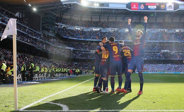 Fotbalisté Barcelony slaví třetí gól do sítě Realu.