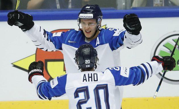 Mikko Rantanen a Sebastian Aho slaví gól v utkání proti Kanadě.