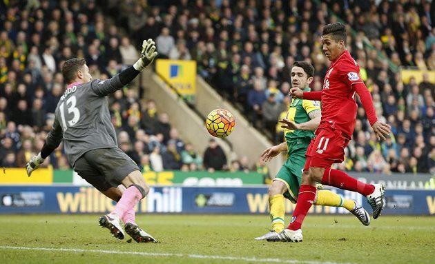Roberto Firmino z Liverpoolu střílí svůj druhý gól do sítě Norwiche v zápase anglické Premier League.