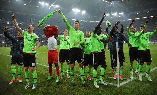 Fotbalisté Ajaxu slaví postup do semifinále Evropské ligy.