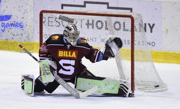 Brankář Sparty Matěj Machovský inkasuje třetí gól.