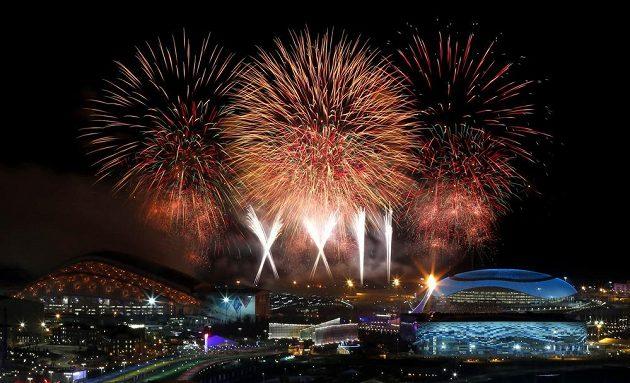 Slavnostní ohňostroj rozzářil olympijské Soči.