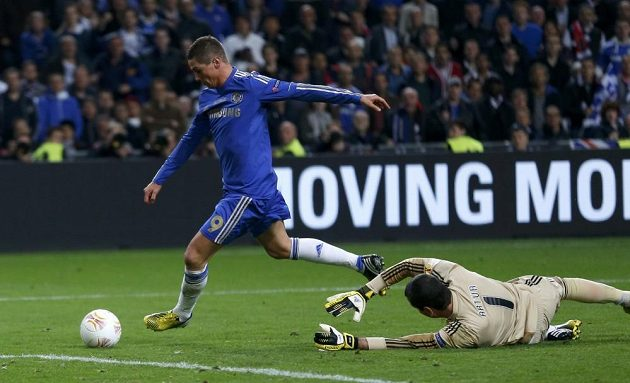 Fernando Torres z Chelsea si obíhá brankáře Artura z Benfiky a otevírá skóre finále Evropské ligy.