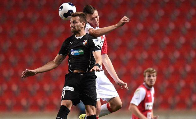 Plzeňský zadák Radim Řezník (vlevo) v hlavičkovém souboji se slávistickým záložníkem Jaromírem Zmrhalem v utkání 5. kola Synot ligy.