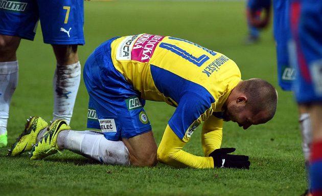 Teplický fotbalista Tomáš Vondrášek v poněkud nefotbalové pozici během utkání 15. kola HET ligy s Plzní.