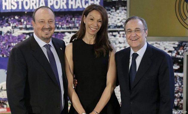 Montserrat Seara mezi Rafaelem Benítezem a prezidentem Realu Madrid Fiorentinem Pérezem.